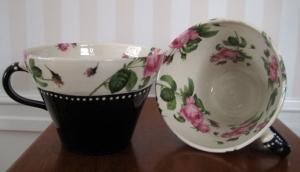 Tekopp med rosa rosor (Kontinental) - Anna Keramik